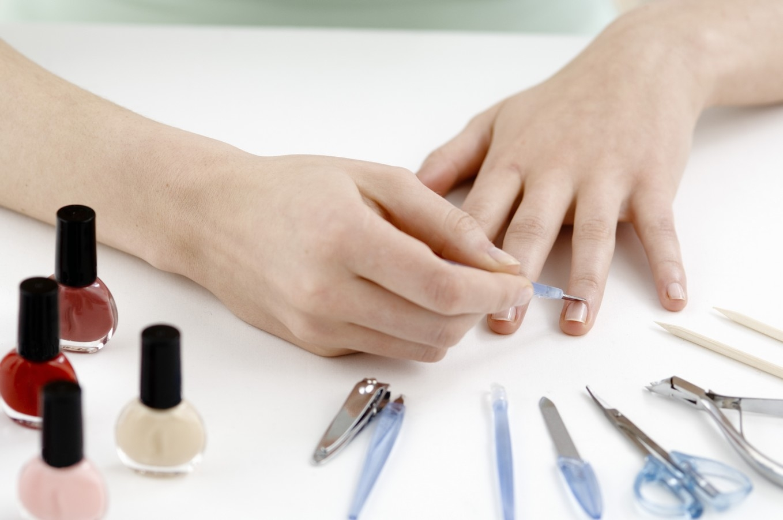 Как аккуратно накрасить ногти?