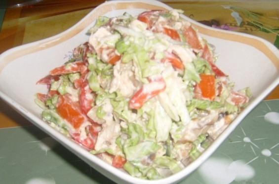 Салат с курицей и маринованными грибами Подробнее: http://ladyspecial.ru/kulinariya/khozyajke-na-zametku/prazdnichnyj-stol/prazdnichnoe-menyu-na-den-rozhdeniya