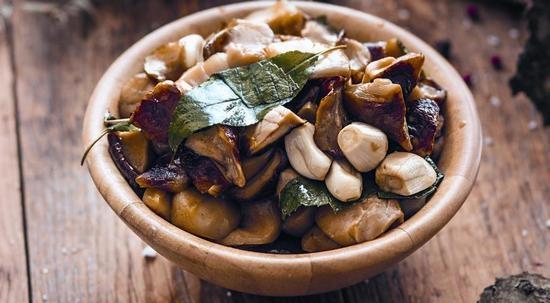Как солить белые грибы: горячий способ