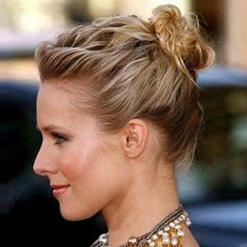 Пучок из волнистых волос средней длины