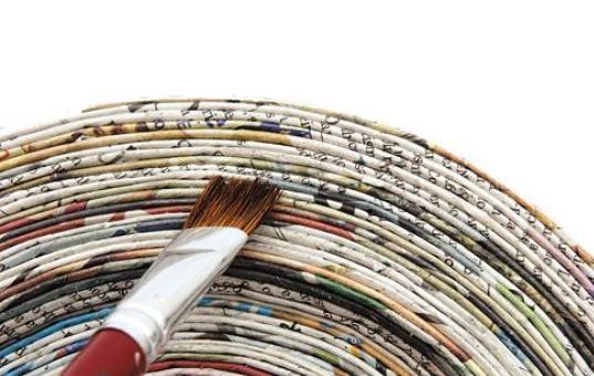 Чем красить газетные трубочки?