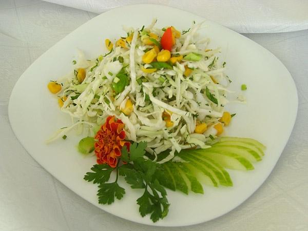 Салат с свежей капустой.кукурузой