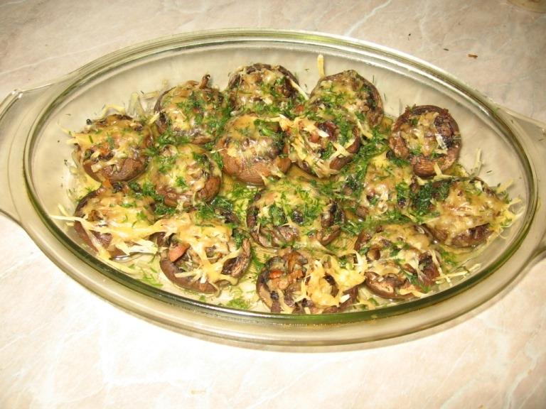 Запеченные фаршированные шампиньоны с луком и картофелем