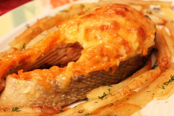 Кета, запеченная в духовке с сыром