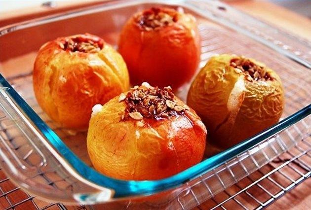 запеченные яблоки с творогом и медом в микроволновке