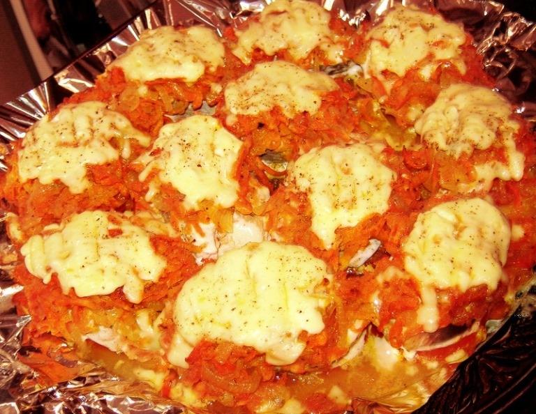Горбуша, запеченная в духовке с луком и морковью