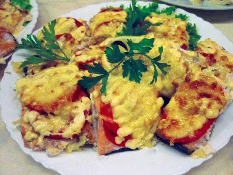 Рецепт горбуши запеченной с помидорами