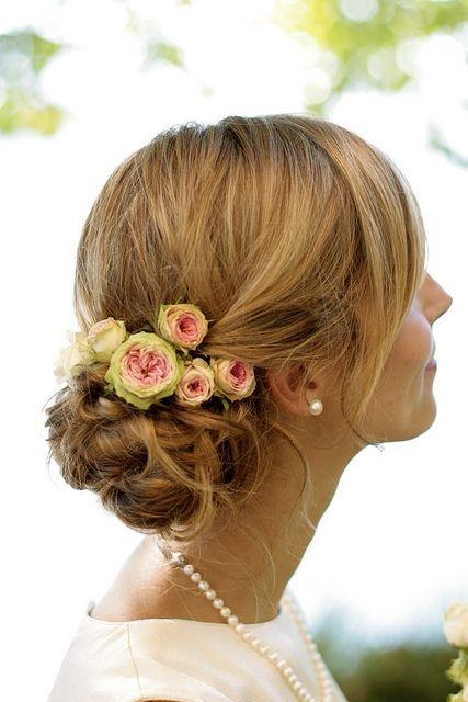 Варианты причёсок с цветком