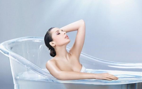 Девушка в ванной обливает себя маслом 4 фотография