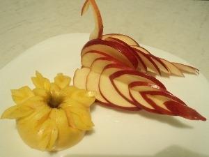 Как сделать лебедя из яблока?