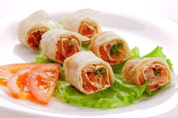 Рулет из лаваша с семгой: рецепт с добавлением свежих помидоров