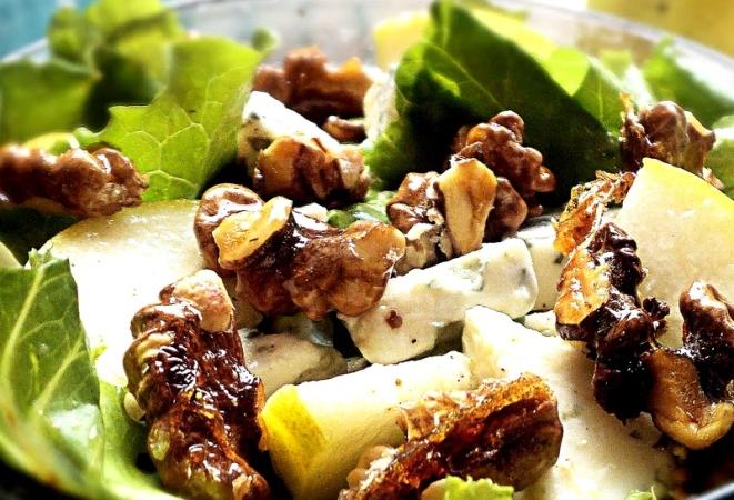 Салаты с грушей, сыром и грецкими орехами