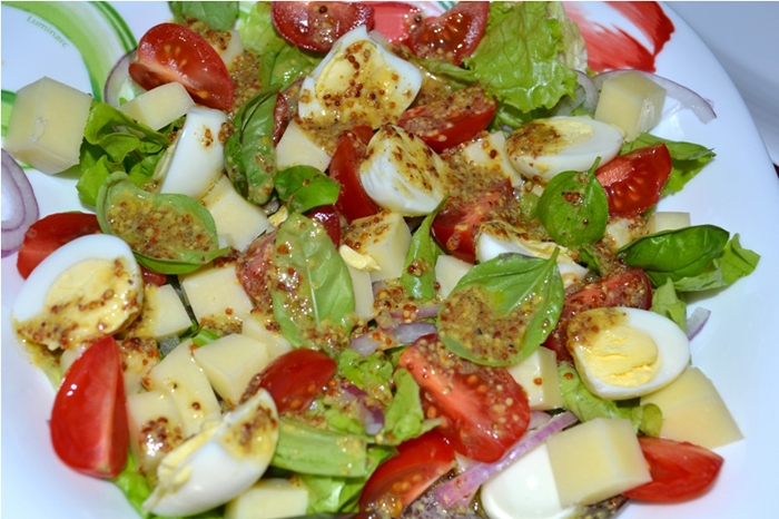 Салат с перепелиными яйцами и помидорами черри
