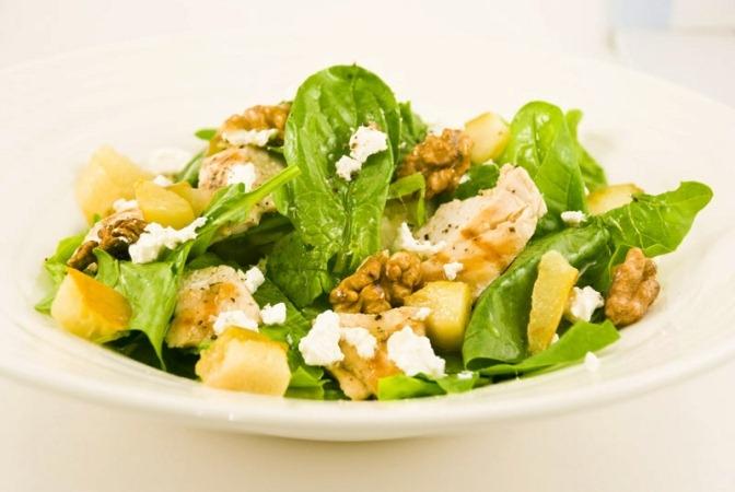 Теплый салат с курицей и грушами