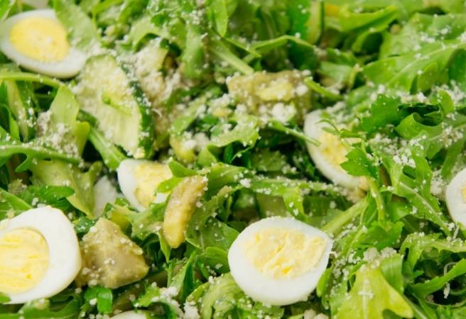 Низкокалорийный салат с перепелиными яйцами: способы приготовления
