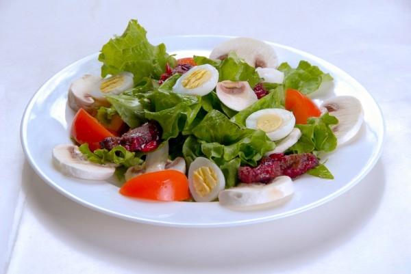 Сытный салат с перепелиными яйцами: рецепт для ужина