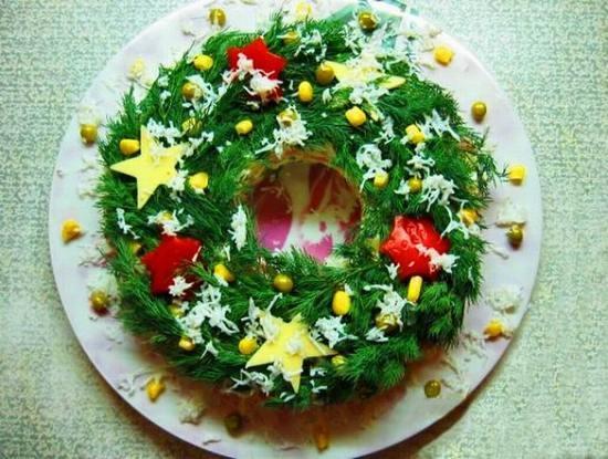 Салат украшенный - новогодний венок