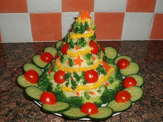 Салат украшенный - елка