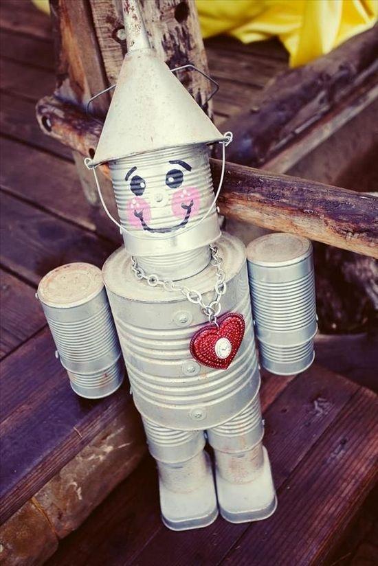 робот из жестяных банок