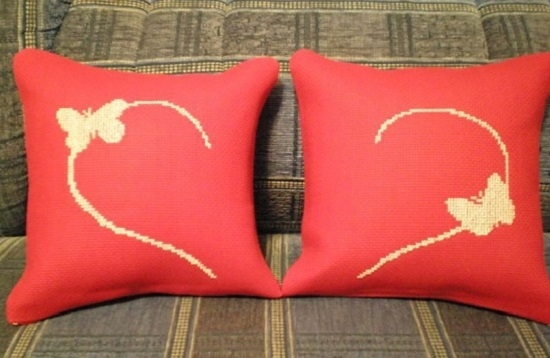 Монохромная вышивка крестом на подушке бабочки
