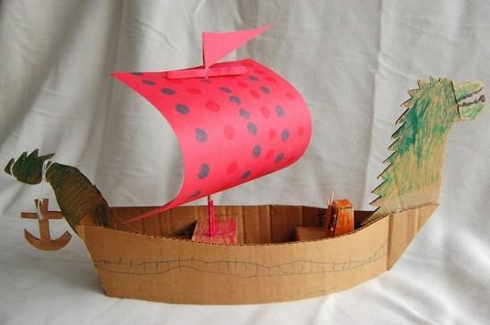 кораблик из бумаги и картона