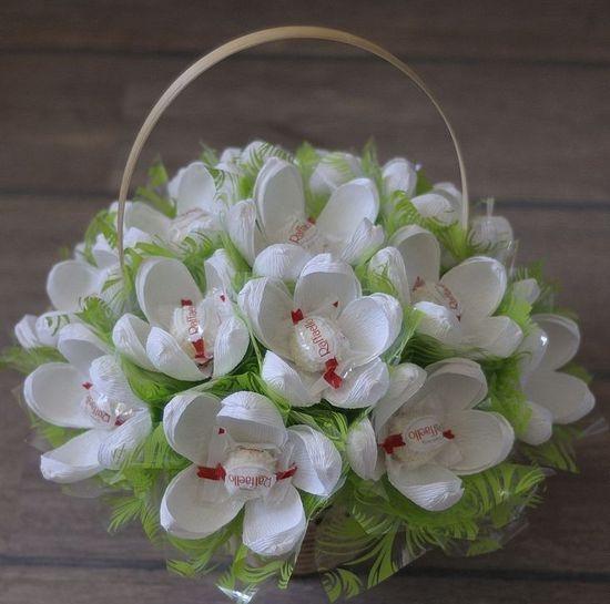 Букет своими руками из цветов в корзине