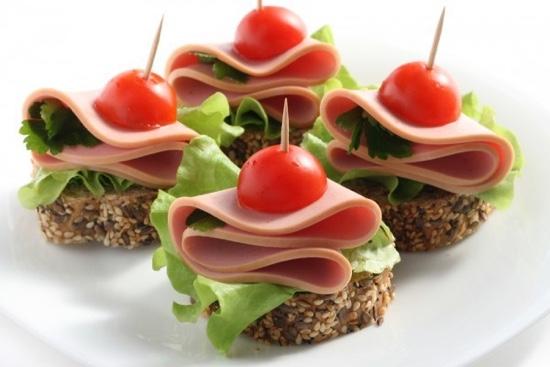 Оригинальные бутерброды для фуршета с колбасой