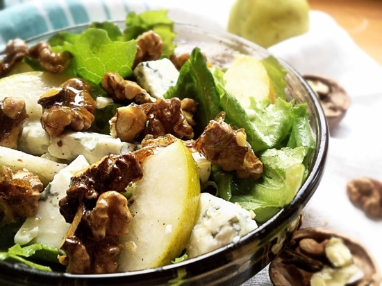 Салат из листьев салата с грушей и грецким орехом