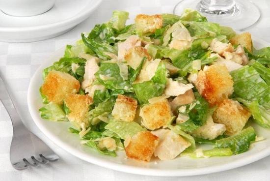Салат из листьев салата, курицы и сухариков