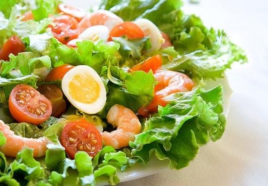 Салат с салатными листьями, креветками и перепелиными яйцами
