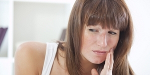 Чем полоскать полость рта при воспалении десен: примеры, схемы лечения