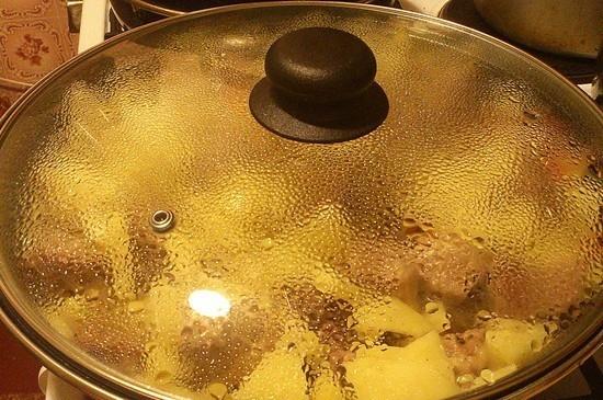 Рецепт вкуснейшей картошки, тушеной с овощами и тушенкой