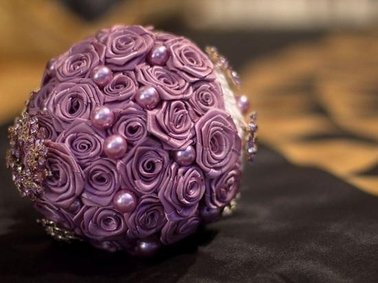 Свадебный букет из розовых атласных лент