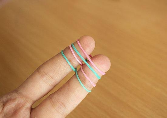 Браслет из резинок французская коса на пальцах