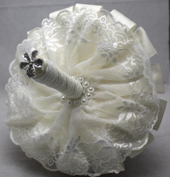 Свадебный букет из белых атласных лент