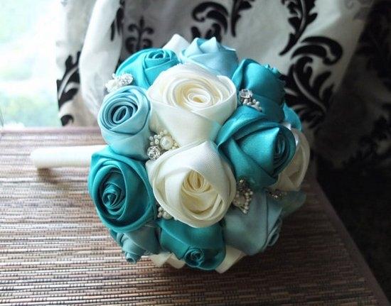 Свадебный букет из голубых атласных лент