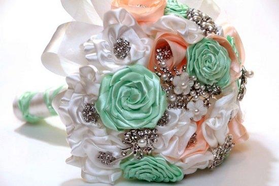 Свадебный букет из зеленых атласных лент