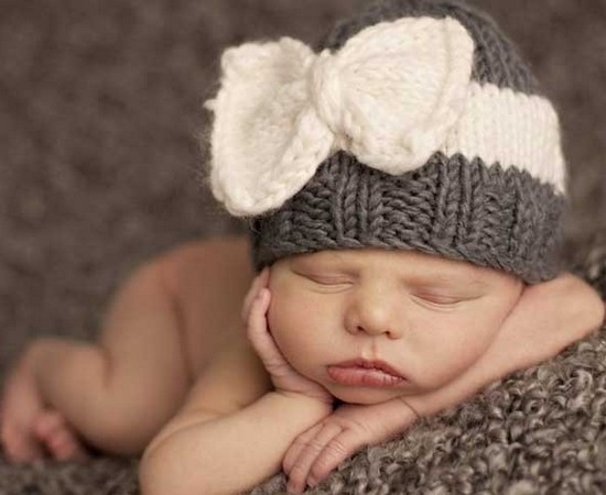 вязаная шапочка для новорожденной девочки спицами и крючком Ls