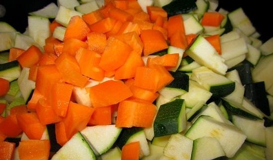 Нарезанные морковь и цукини