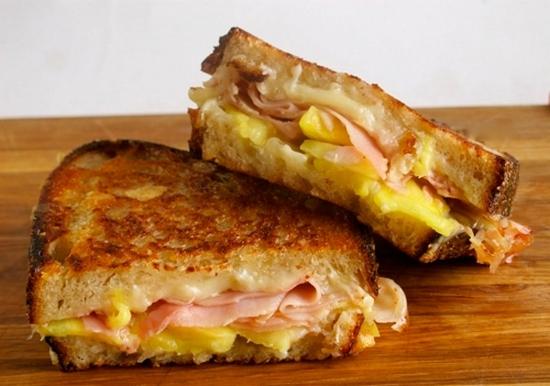 горячие бутерброды с сыром яйцом и колбасой на сковороде