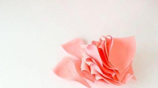 Лепестки роз из гофрированной бумаги