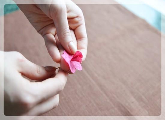 Формирование розочки из гофрированной бумаги