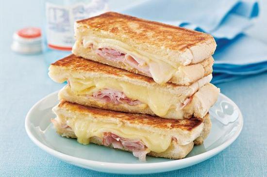 горячие бутерброды с колбасой и сыром и яйцом в духовке