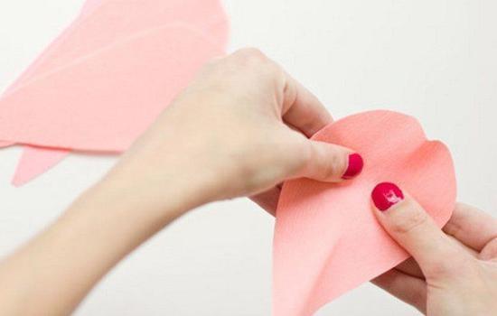 Большие розы из гофрированной бумаги: описание