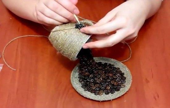 Как украсить кружку кофейными зернами?