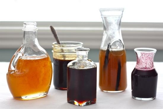 Самым простым и известным сиропом для пропитки бисквитных коржей считается сахарный