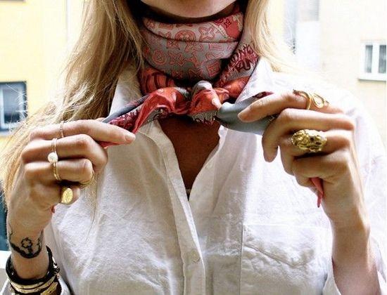 Шейный платок с белой рубашкой