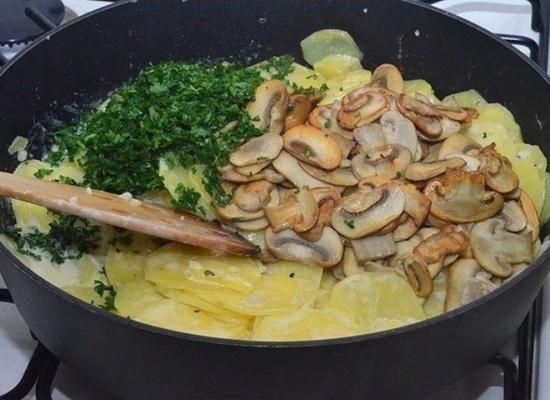 Как жарить картошку с шампиньонами на сковороде