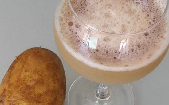 Для снижения кислотности очень хорошо зарекомендовал себя сок картофеля