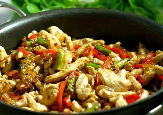 куриная грудка с овощами на сковороде в соевом соусе